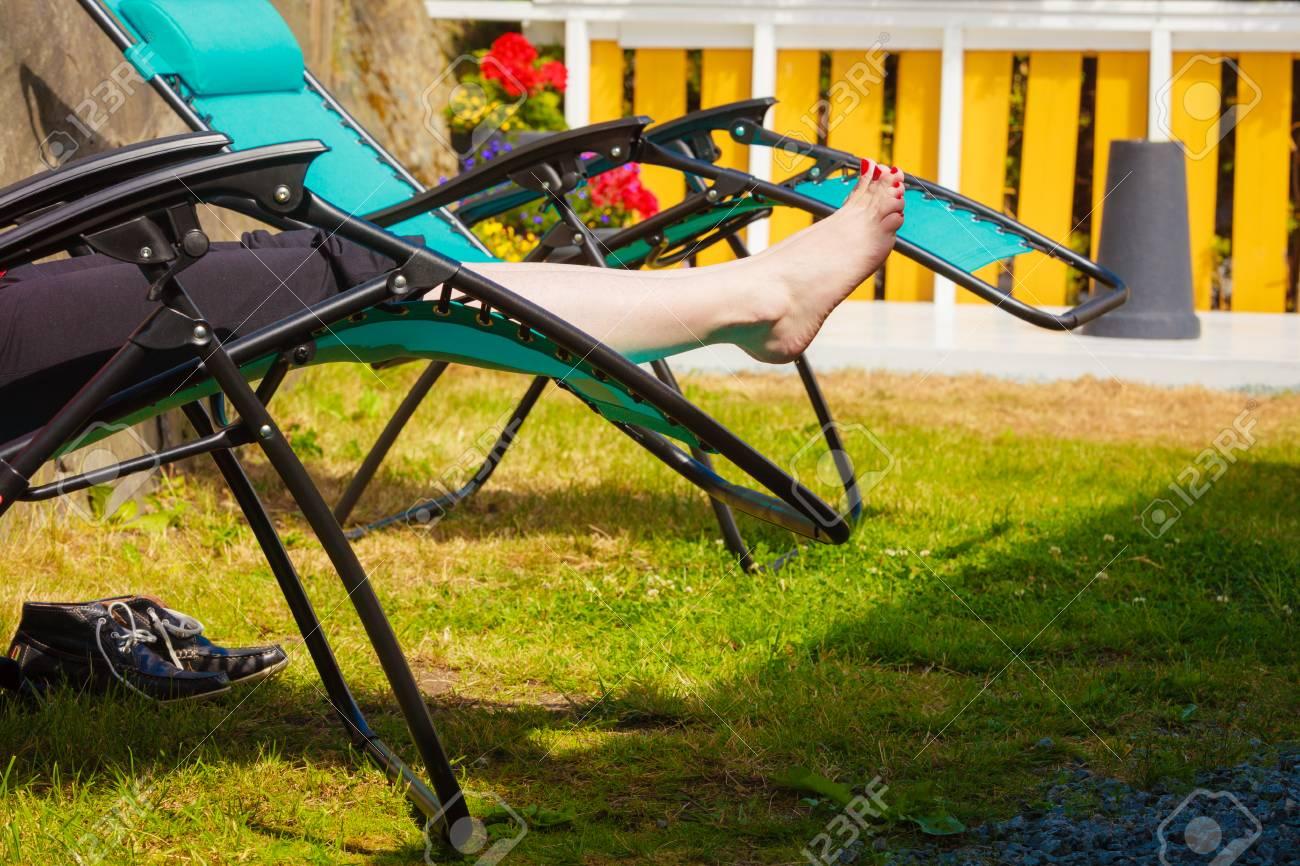 Full Size of Liegestuhl Garten Weibliche Nackte Fe Frau Entspannt Auf Sonnenbank Trennwand Relaxliege Feuerstelle Spielgerät Gaskamin überdachung Spielhaus Holz Rattan Garten Liegestuhl Garten