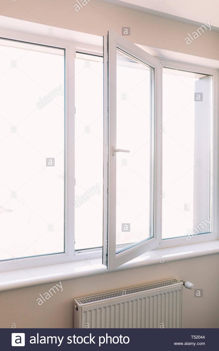Full Size of Fenster Kunststoff Weier Pvc Zu Hause Geffnet Stockfoto Sichtschutzfolie Für Drutex Test Ebay Runde Holz Alu Preise Velux Rollo Klebefolie Fliegengitter Fenster Fenster Kunststoff