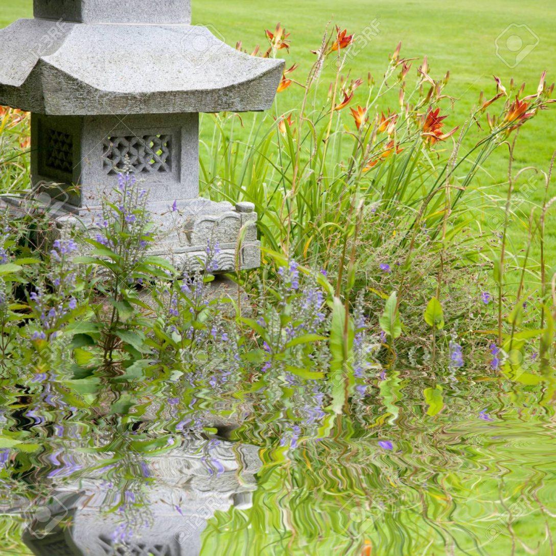 Large Size of Gartenskulpturen Steinguss Kaufen Schweiz Holz Garten Skulpturen Stein Buddha Skulptur Beton Metall Berlin Aus Rostigem Eisen Und Pflanzen Am Teich Drauen Garten Garten Skulpturen