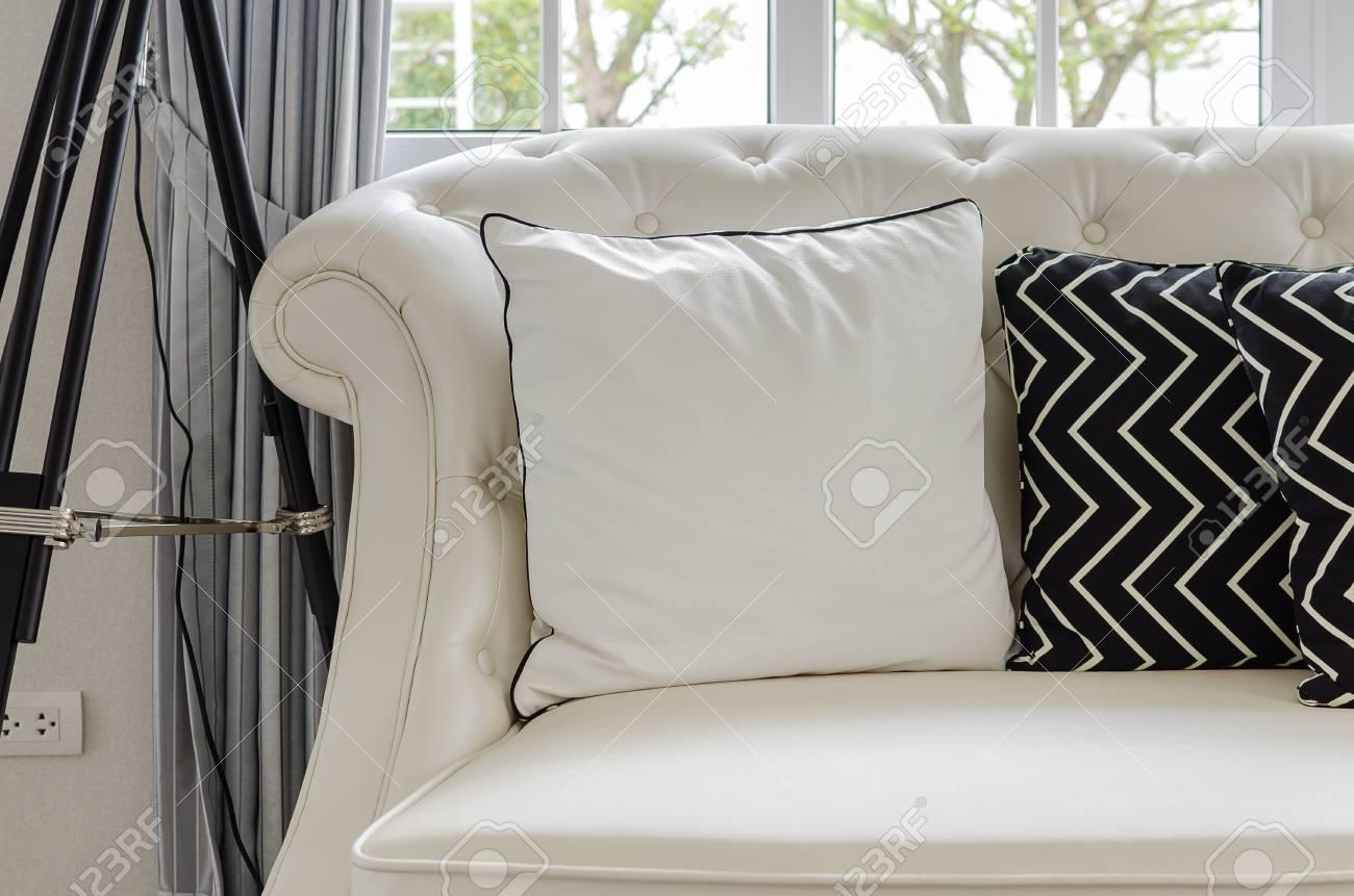 Full Size of Luxus Sofa Weien Im Wohnzimmer Mit Kissen Zu Hause Lizenzfreie 3 2 1 Sitzer Terassen Chippendale Verkaufen Rahaus Esszimmer Braun Chesterfield Gebraucht Sofa Luxus Sofa
