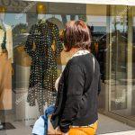 Stores Fenster Fenster Stores Fenster Cannes Frankreich April 2019 Person Schaut Das Hugo Neue Kosten Alarmanlage Einbruchschutzfolie Braun Welten Kbe Rollos Mit Kunststoff Weru