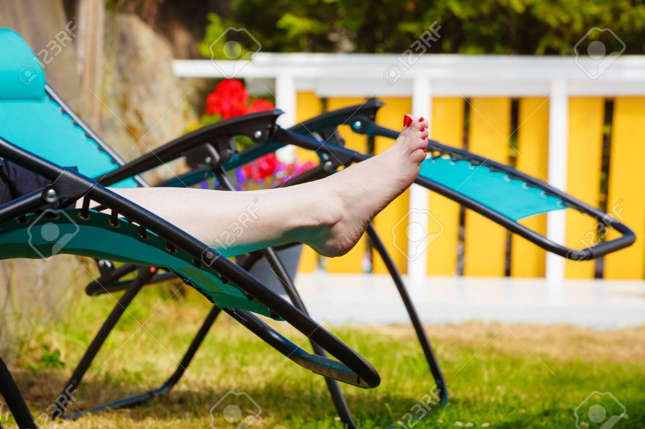 Full Size of Garten Liegestuhl Obi Alu Lafuma Klappbar Bauhaus Holz Ikea Lidl Metall Weibliche Nackte Fe Frau Entspannt Auf Sonnenbank Eckbank Sichtschutz Spaten Im Garten Garten Liegestuhl