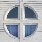Runde Fenster Fenster Fenster In Weiem Holz Kabine Haus Lizenzfreie Fotos Reinigen Anthrazit Esstisch Ausziehbar Weiß Betten Sichtschutzfolie Gitter Einbruchschutz Alarmanlagen