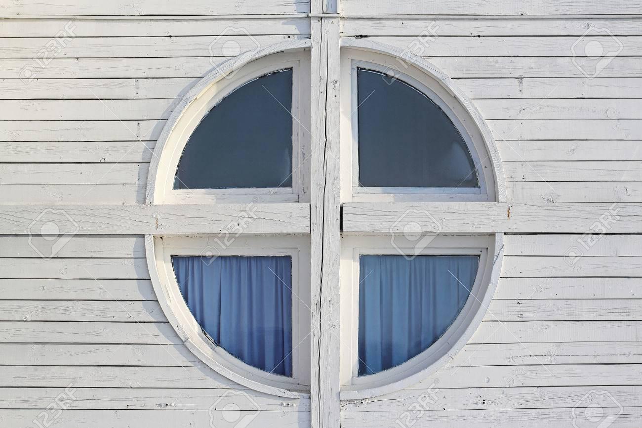 Full Size of Fenster In Weiem Holz Kabine Haus Lizenzfreie Fotos Reinigen Anthrazit Esstisch Ausziehbar Weiß Betten Sichtschutzfolie Gitter Einbruchschutz Alarmanlagen Fenster Runde Fenster