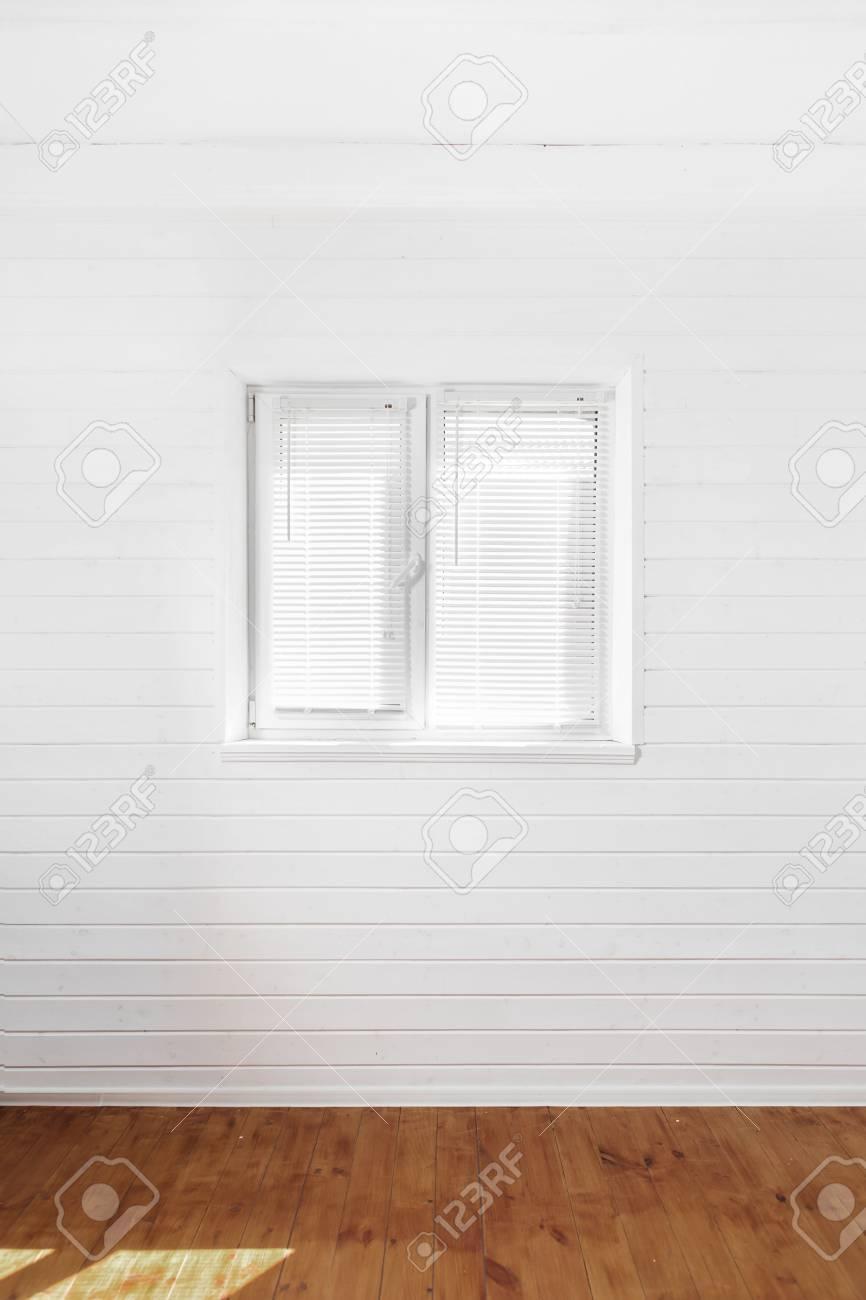 Full Size of Weie Wand Mit Fenster Im Landhaus Lizenzfreie Fotos Online Konfigurieren Verdunkelung Rollos Velux Ersatzteile Marken Erneuern Kosten Günstig Kaufen Welten Fenster Landhaus Fenster