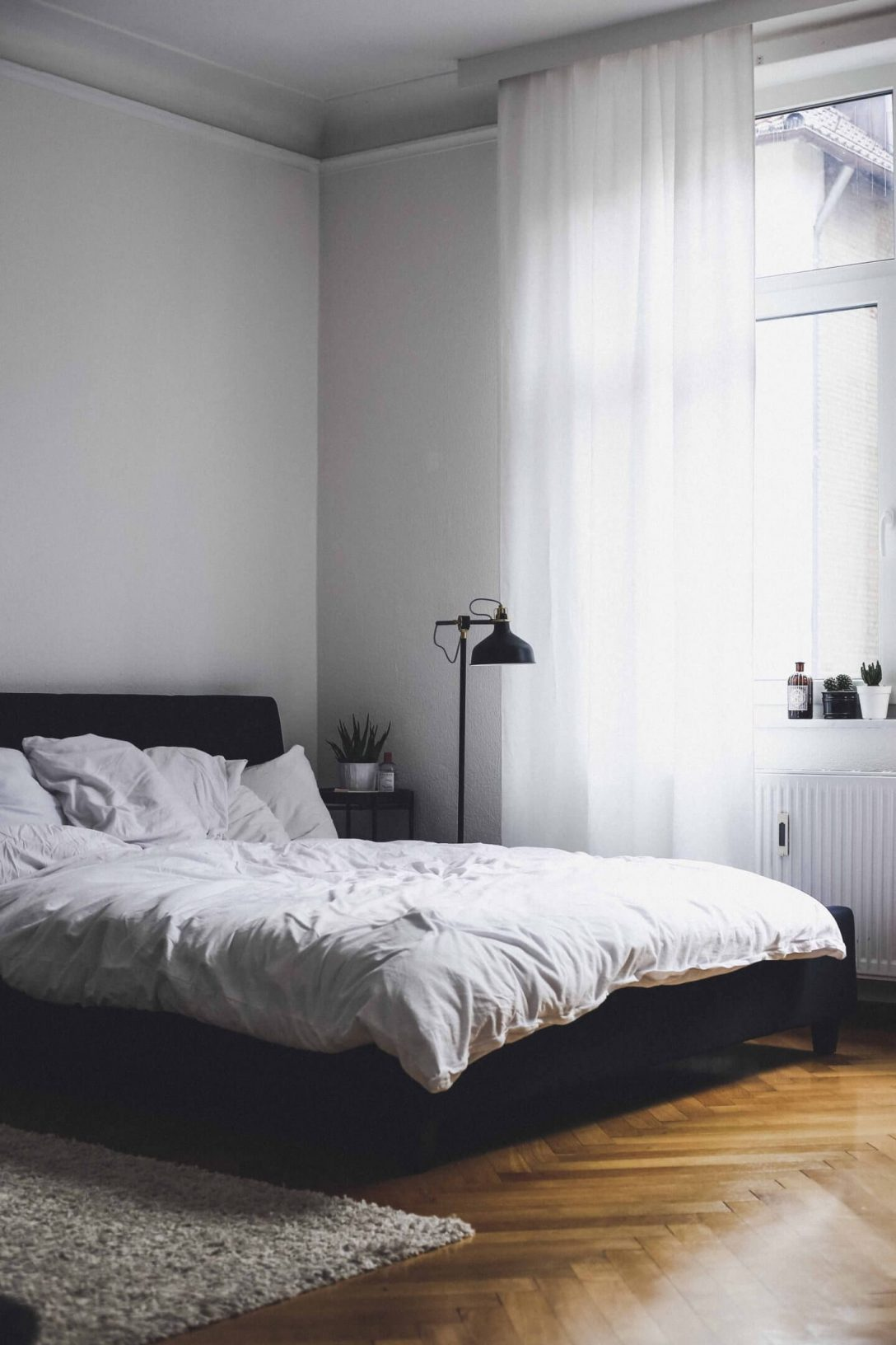 Large Size of Bett Minimalistisch Interior Schlafzimmer Doandlivede Lifestyleblog Aus Komforthöhe Hülsta Boxspring Mit Gästebett Betten 160x200 Schreibtisch 120x200 Bett Bett Minimalistisch