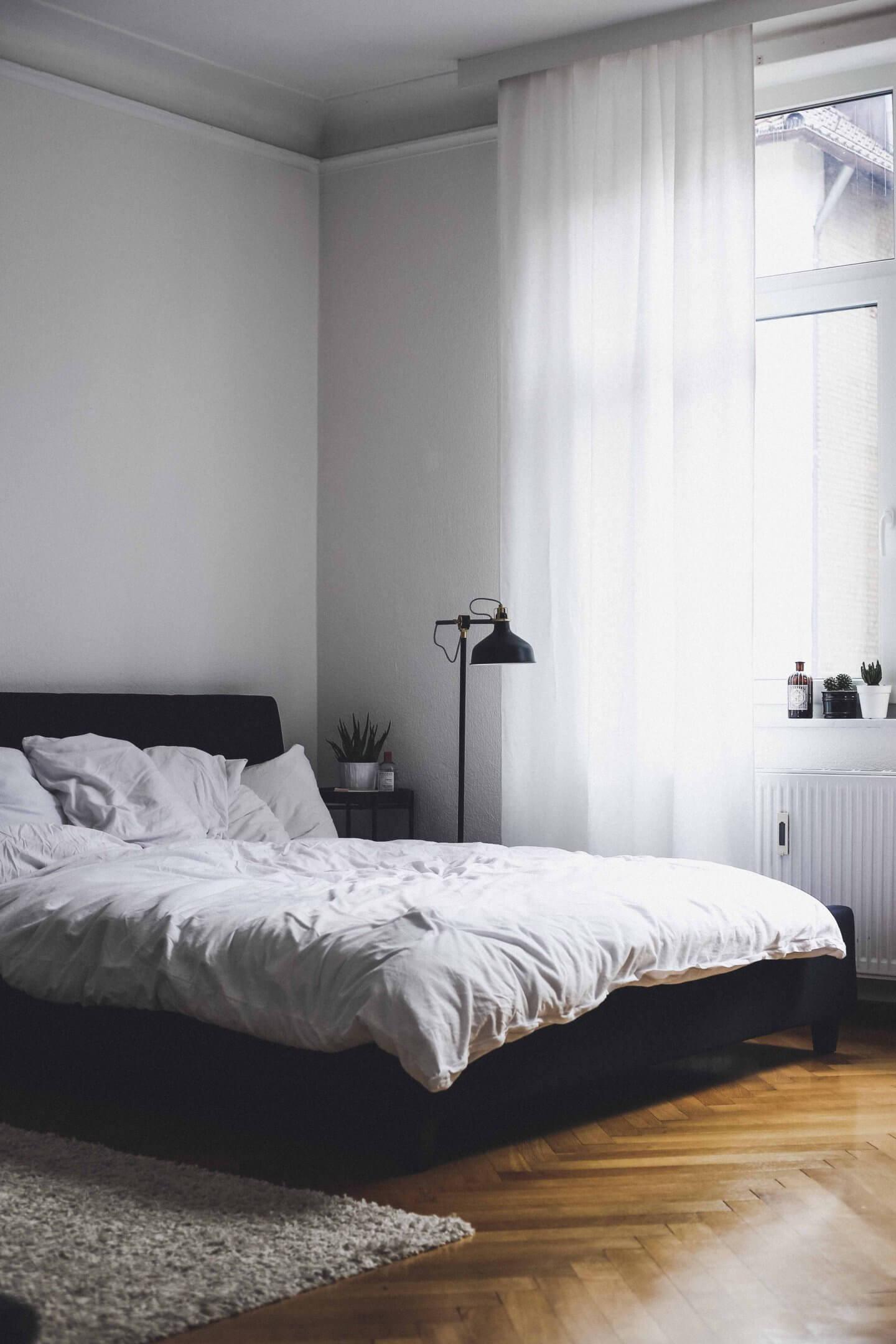 Full Size of Bett Minimalistisch Interior Schlafzimmer Doandlivede Lifestyleblog Aus Komforthöhe Hülsta Boxspring Mit Gästebett Betten 160x200 Schreibtisch 120x200 Bett Bett Minimalistisch