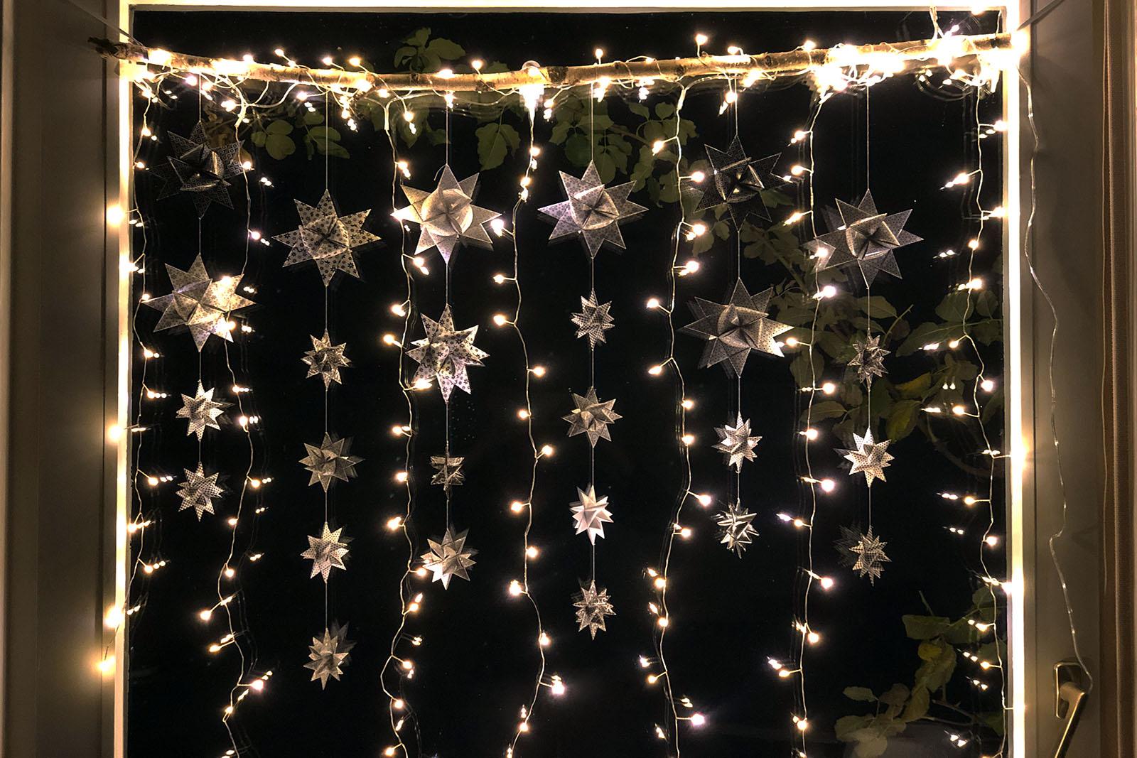 Full Size of Weihnachtsbeleuchtung Fenster Mit Kabel Led Silhouette Stern Pyramide Innen Amazon Batteriebetrieben Frs Selber Machen Faminino Absturzsicherung Rollos Veka Fenster Weihnachtsbeleuchtung Fenster
