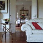 Weißes Sofa Weies Und Kleinen Bambus Tisch In Wei Wohnzimmer Mit Halbrund Regal Abnehmbarer Bezug Baxter Landhausstil Grau Stoff Indomo Englisches Big Braun Sofa Weißes Sofa