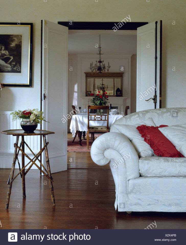 Medium Size of Weißes Sofa Weies Und Kleinen Bambus Tisch In Wei Wohnzimmer Mit Halbrund Regal Abnehmbarer Bezug Baxter Landhausstil Grau Stoff Indomo Englisches Big Braun Sofa Weißes Sofa