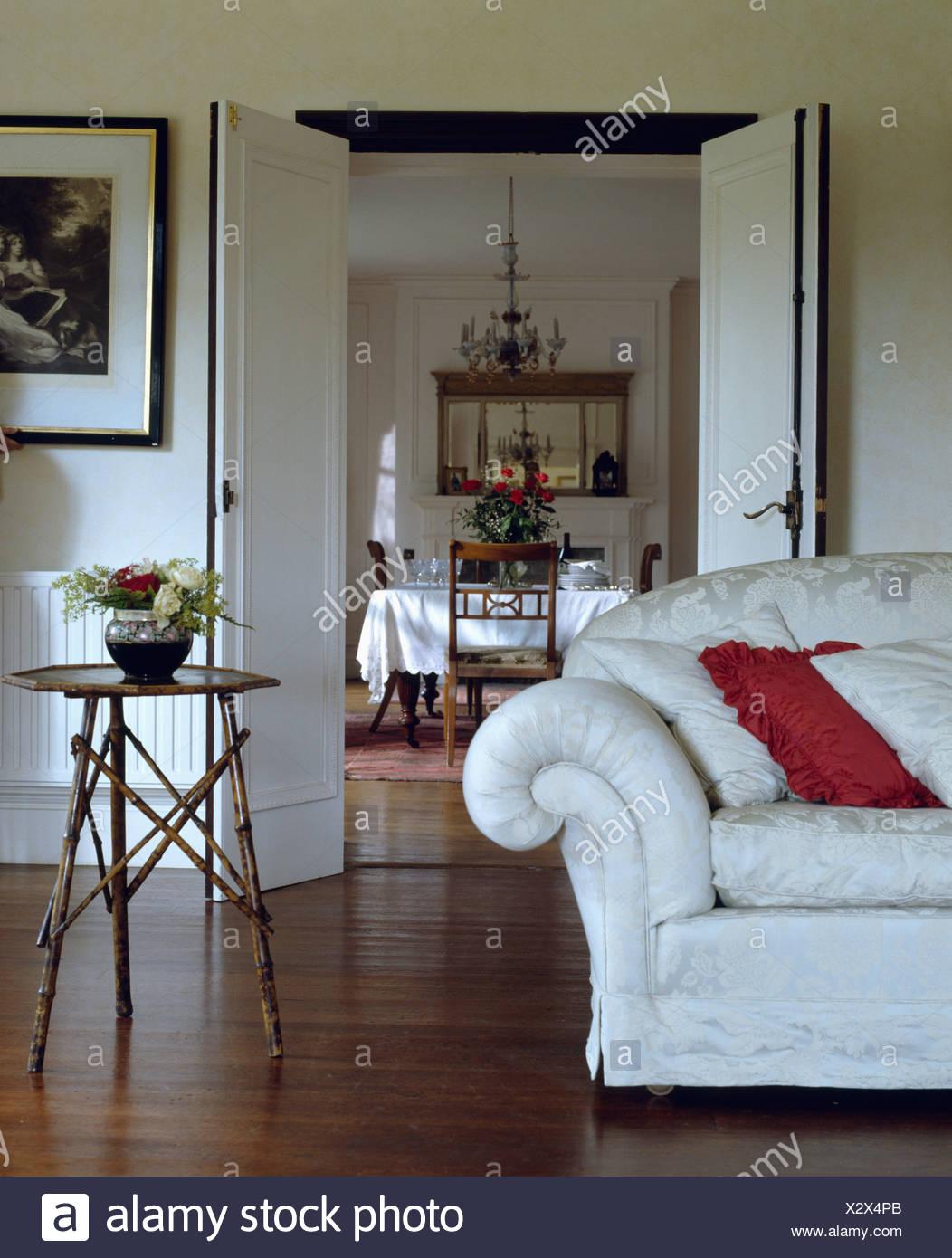 Full Size of Weißes Sofa Weies Und Kleinen Bambus Tisch In Wei Wohnzimmer Mit Halbrund Regal Abnehmbarer Bezug Baxter Landhausstil Grau Stoff Indomo Englisches Big Braun Sofa Weißes Sofa