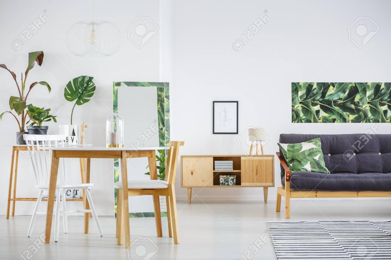 Full Size of Plakat Ber Rustikalem Schrank Nahe Einem Dunklen Sofa Im Modulares Indomo Schlafsofa Liegefläche 160x200 Kleines Wohnzimmer Polsterreiniger Online Kaufen Sofa Sofa Für Esszimmer