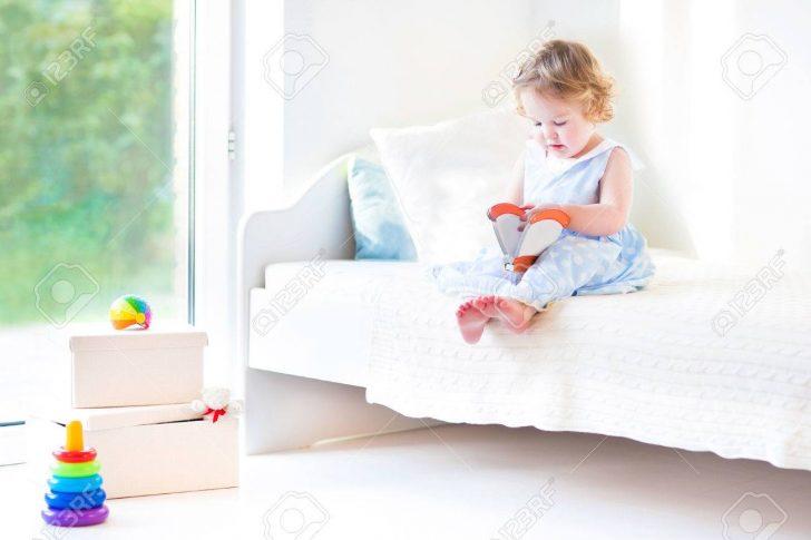Schne Lockige Kleinkind Mdchen Liest Ein Buch Sitzt Auf Einem Betten Kaufen 140x200 Rauch 180x200 120 Bett Breit Ausklappbar Barock 120x200 Mit Stauraum Bett Kleinkind Bett