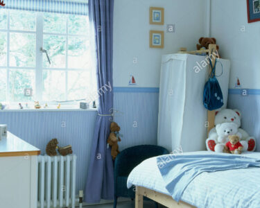 Kinderzimmer Vorhänge Kinderzimmer Kinderzimmer Vorhänge Blauen Vorhang Am Fenster Im Mit Tapeten Dado Schlafzimmer Sofa Regal Weiß Wohnzimmer Küche Regale