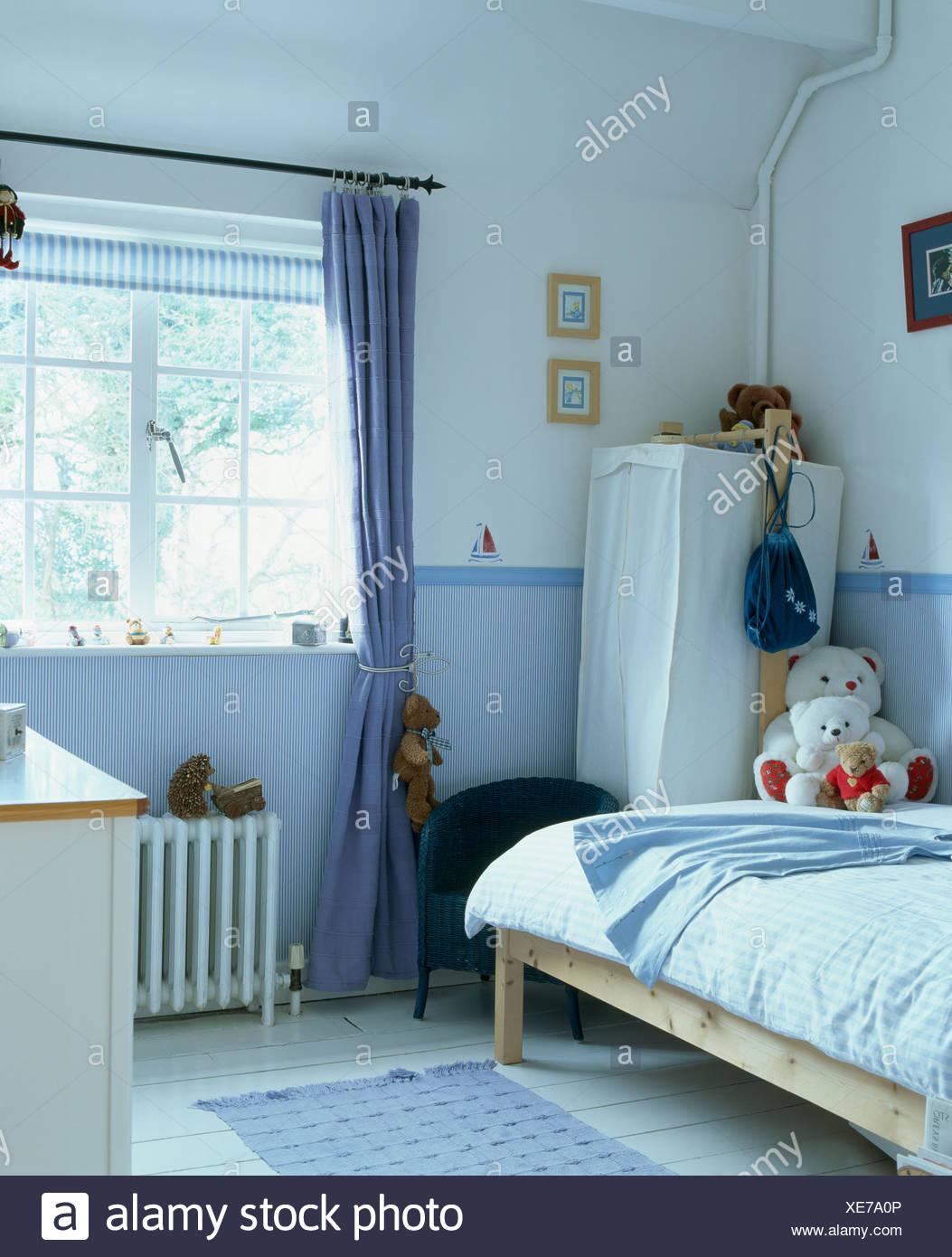 Full Size of Kinderzimmer Vorhänge Blauen Vorhang Am Fenster Im Mit Tapeten Dado Schlafzimmer Sofa Regal Weiß Wohnzimmer Küche Regale Kinderzimmer Kinderzimmer Vorhänge