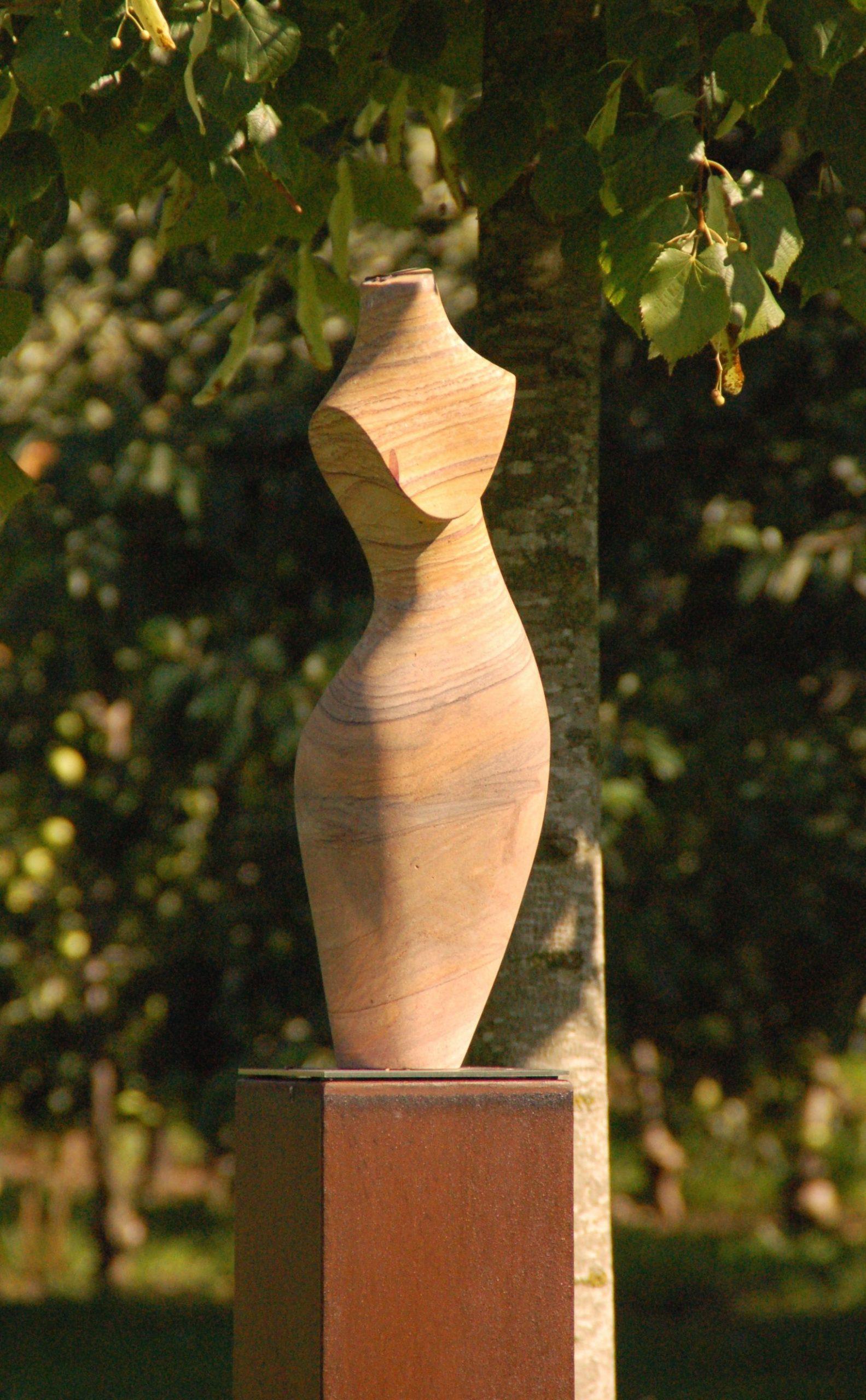 Full Size of Diese Skulptur Aus Sandstein Verschnert Unseren Feng Sgarten Led Spot Garten Bewässerungssysteme Sichtschutz Für Spielhaus Holz Stapelstuhl Pavillon Garten Skulpturen Garten