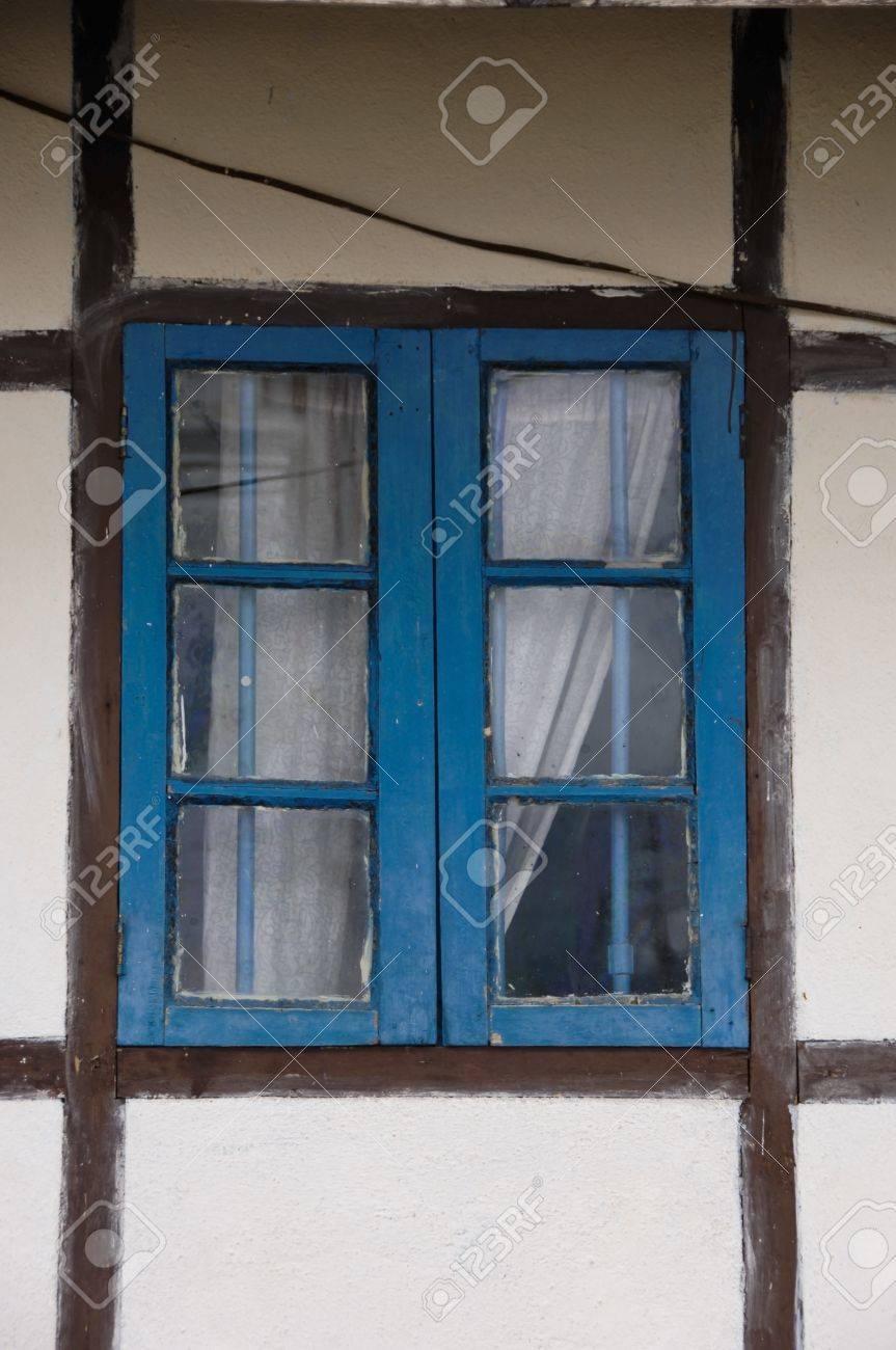 Full Size of Fenster Braun Weiding Regensburg Kaufen Gmbh Steinheim Am Albuch Kunststoff Dortmund Karlsruhe Braunschweig Blue Vergitterten Mit Vorhang Und Rahmen Weie Fenster Fenster Braun
