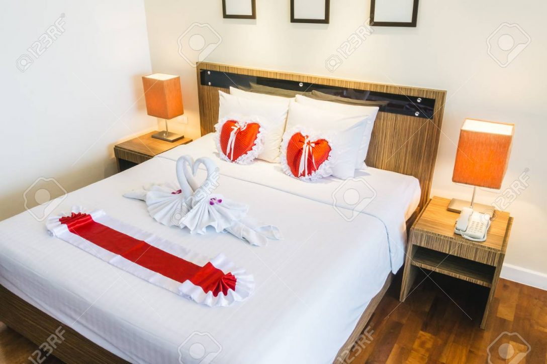 Large Size of Romantische Schne Luxus Bett Mit Herzkissen Licht Ruf Betten Preise Romantisches 1 40 Meise Paidi Wasser Ohne Füße Matratze Und Lattenrost 140x200 Bett Romantisches Bett