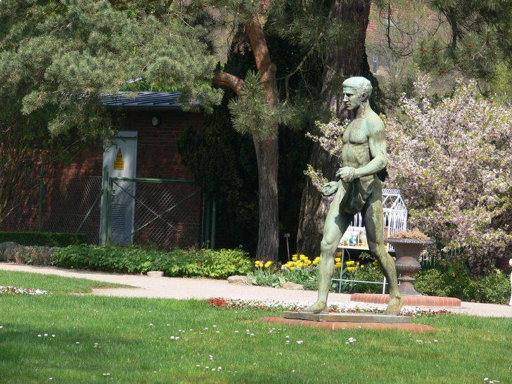 Medium Size of Skulpturen Garten Fileberlin Botanischer Skulpturjpg Wikimedia Stapelstühle Trennwand Sichtschutz Für Loungemöbel Günstig Ausziehtisch Versicherung Garten Skulpturen Garten