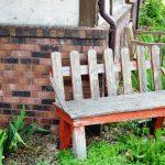 Holzbank Garten Im Auerhalb Von Einem Kleinen Cafe Lizenzfreie Relaxliege Lounge Möbel Holzhaus Spielhaus Kunststoff Spielanlage Aufbewahrungsbox Ecksofa Pool Garten Holzbank Garten