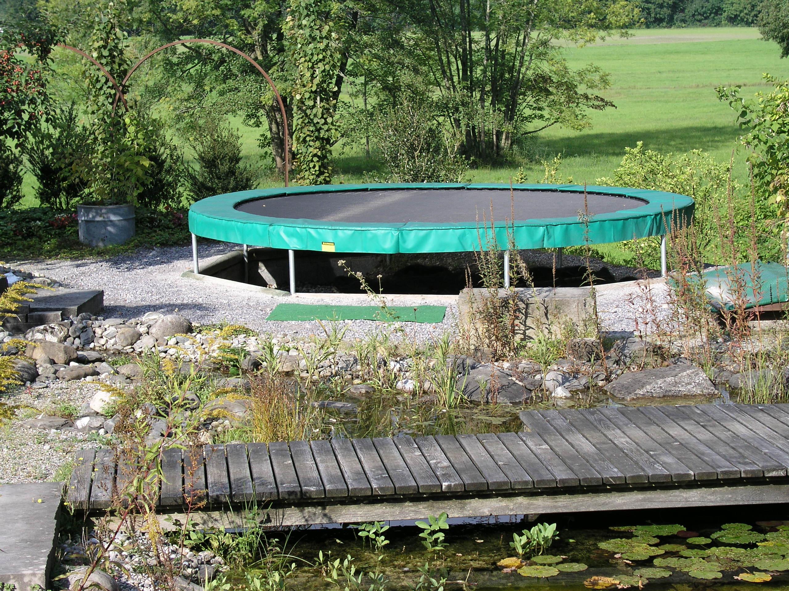 Full Size of Trampolin Im Garten Eingraben Trampoline Center Schweiz Vertikal Fussballtor Leuchtkugel Bewässerungssystem Klapptisch Liege Schaukelstuhl Klappstuhl Garten Trampolin Garten
