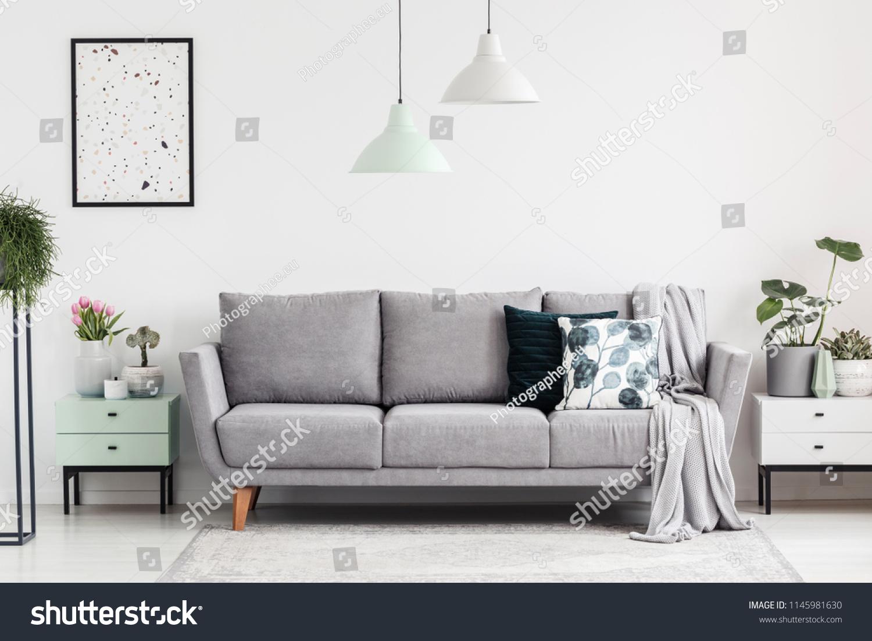 Full Size of Graues Sofa Teppich Blauer Graue Couch Welche Kissen 2er Ikea Kissenfarbe Wohnzimmer Wandfarbe Brauner Gelber Passt Dekoration Ligne Roset Hussen Für Grau Sofa Graues Sofa