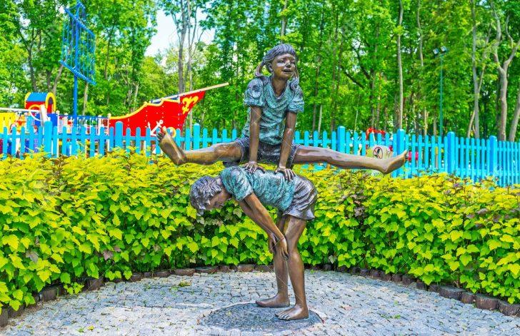 Medium Size of Bronzeskulptur Jungen Und Mdchens Lärmschutzwand Garten Kosten Loungemöbel Günstig Jacuzzi Spielhaus Holz Hängesessel Mein Schöner Abo Gartenüberdachung Garten Skulpturen Garten