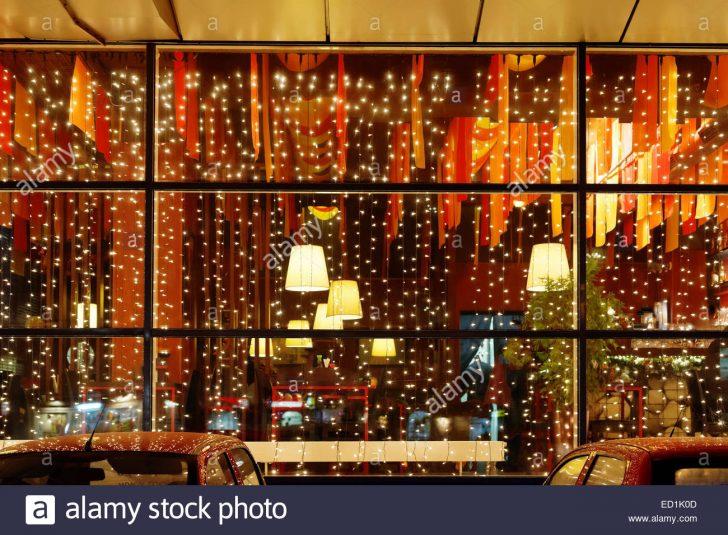 Medium Size of Weihnachtsbeleuchtung Fenster Restaurant In Der Nacht Stockfoto Winkhaus Jalousie Gardinen Einbruchschutz Nachrüsten Veka Konfigurieren Schüko Kaufen Polen Fenster Weihnachtsbeleuchtung Fenster