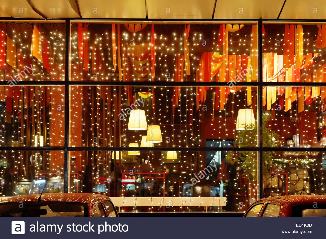 Full Size of Weihnachtsbeleuchtung Fenster Restaurant In Der Nacht Stockfoto Winkhaus Jalousie Gardinen Einbruchschutz Nachrüsten Veka Konfigurieren Schüko Kaufen Polen Fenster Weihnachtsbeleuchtung Fenster
