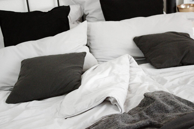 Full Size of Betten Holz Tagesdecken Für Bett Mit Schubladen Weiß Küche Matt Großes Kaufen Günstig Japanische Bette Badewannen Ottoversand Hasena Massivholz 180x200 Bett Bett Schwarz Weiß