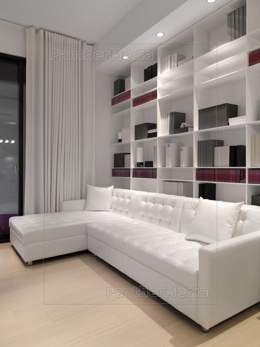 Full Size of Weißes Sofa Weies Infront Wand Bcherregal Lizenzfreies Bild Big Grau Modulares Leder Braun Spannbezug Esszimmer Hussen Abnehmbarer Bezug Erpo Kaufen 2er Samt Sofa Weißes Sofa
