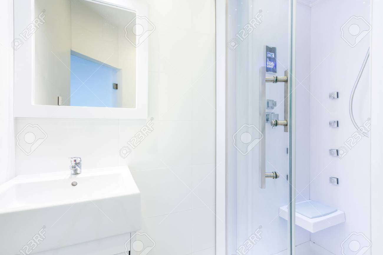 Full Size of Glastür Dusche Neue Luxus Mit Glastr Lizenzfreie Fotos Hsk Duschen Begehbare Glasabtrennung Nischentür Ebenerdig Fliesen Breuer Einbauen Nachträglich Dusche Glastür Dusche