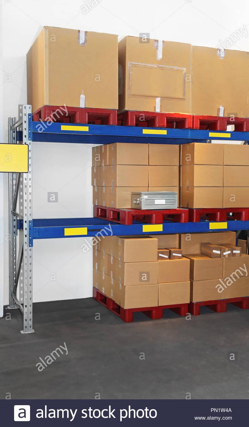 Full Size of Regal Kisten Auf Paletten Im Versandlager Stockfoto 60 Cm Breit 50 Schreibtisch Dachschräge Fächer Weißes Maß Holzregal Küche Weiß Hochglanz Für Regal Regal Kisten