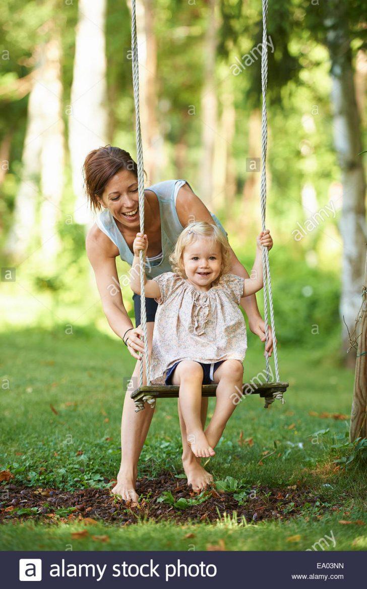 Medium Size of Gartenschaukel Erwachsene Mitte Mutter Schob Kleinkind Tochter Auf Wohnzimmer Gartenschaukel Erwachsene
