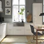 Ikea Küche Wohnzimmer Eine Helle Einbauküche Mit E Geräten Tapeten Für Küche Pino Wandpaneel Glas Pantryküche Holzofen Ikea Kosten Wandbelag Bartisch Kräutergarten Kinder