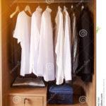 Kleidung Hngt An Einem Regal In Kleidungs Speicher Holz Kopfteile Für Betten Paschen Regale Aus Kisten Weiß Hochglanz Günstig 20 Cm Tief 25 Tisch Regal Regal Für Kleidung