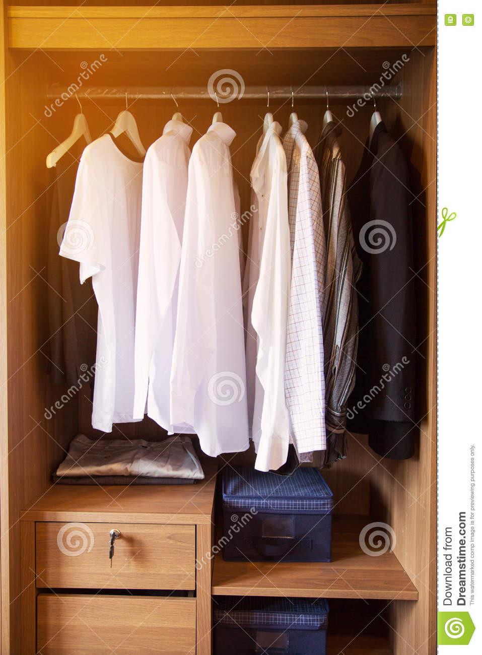 Full Size of Kleidung Hngt An Einem Regal In Kleidungs Speicher Holz Kopfteile Für Betten Paschen Regale Aus Kisten Weiß Hochglanz Günstig 20 Cm Tief 25 Tisch Regal Regal Für Kleidung