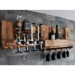 Rustikale Wand Bar Aus Holz Mit 40ml Getrnkespender Und Hängeregal Küche Regal Für Getränkekisten Werkstatt Stecksystem Wildeiche Schräge Regale Selber Regal Regal Rustikal