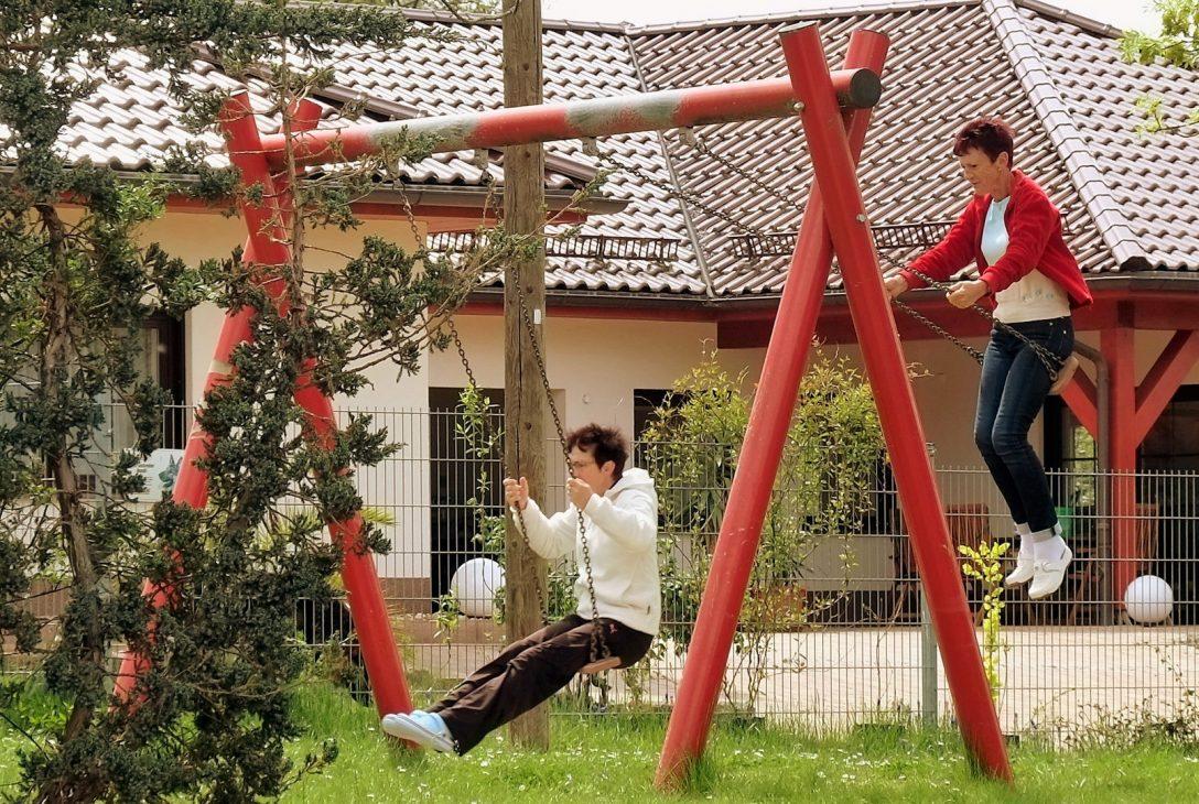 Large Size of Schaukel Erwachsene Oma Willst Du Schaukeln Foto Bild Garten Schaukelstuhl Kinderschaukel Für Wohnzimmer Schaukel Erwachsene