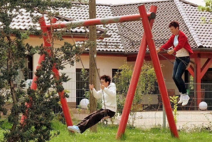 Medium Size of Schaukel Erwachsene Oma Willst Du Schaukeln Foto Bild Garten Schaukelstuhl Kinderschaukel Für Wohnzimmer Schaukel Erwachsene