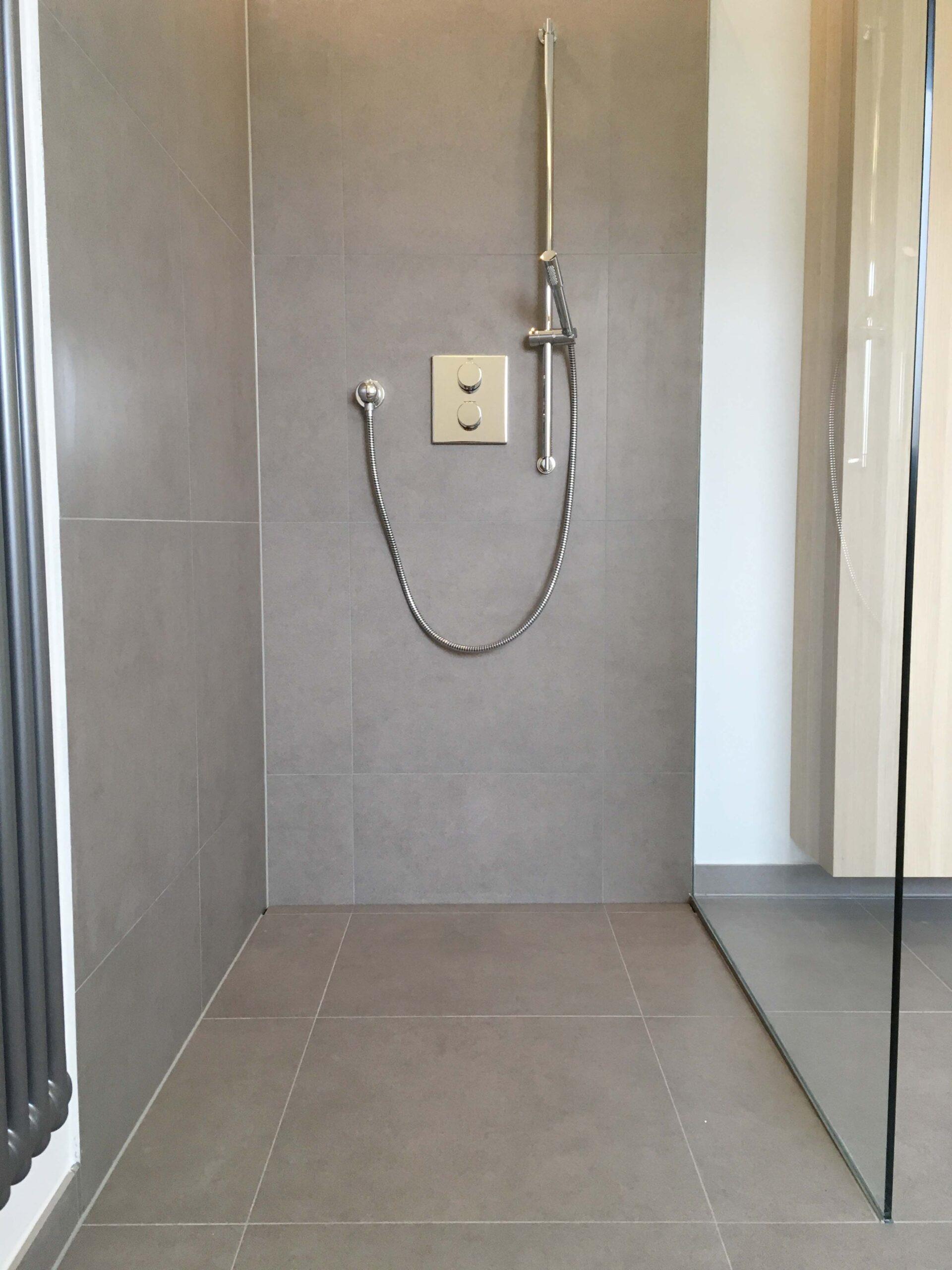 Full Size of Dusche Ebenerdig Grau Fliesen Glasabtrennung Rainshower Walk In Mischbatterie Ebenerdige Kosten Bodengleich Schiebetür Hüppe Nischentür Antirutschmatte Dusche Dusche Ebenerdig