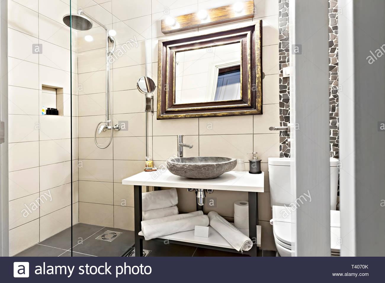 Full Size of Begehbare Dusche Fliesen Modernes Interieur Badezimmer Mit Waschbecken Und Spiegel Bluetooth Lautsprecher Grohe Thermostat Holzfliesen Bad Für Küche Dusche Begehbare Dusche Fliesen