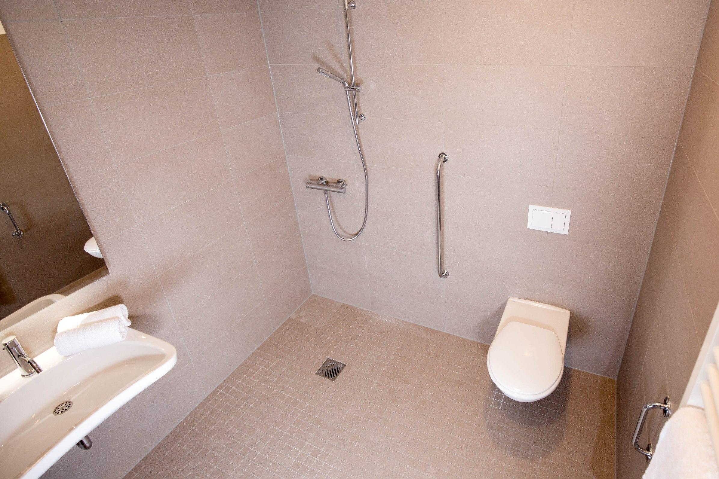 Full Size of Behindertengerechte Dusche Apartments Carat Residenz Badewanne Mit Einbauen Begehbare Sprinz Duschen Wand Glaswand Kaufen Einhebelmischer Hüppe Abfluss Dusche Behindertengerechte Dusche