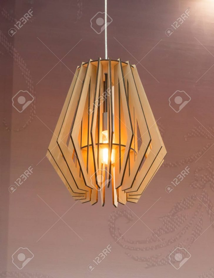 Holzlampe Holz Lampe An Hngen Lizenzfreie Fotos Wohnzimmer Bad Led Küche Für Betten Bett Schlafzimmer Esstisch Im Wohnzimmer Holzlampe Decke