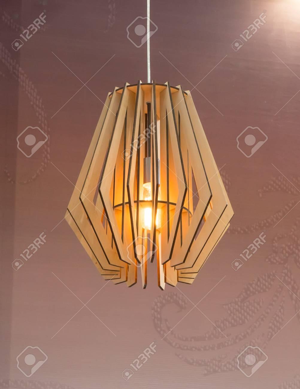 Full Size of Holzlampe Holz Lampe An Hngen Lizenzfreie Fotos Wohnzimmer Bad Led Küche Für Betten Bett Schlafzimmer Esstisch Im Wohnzimmer Holzlampe Decke