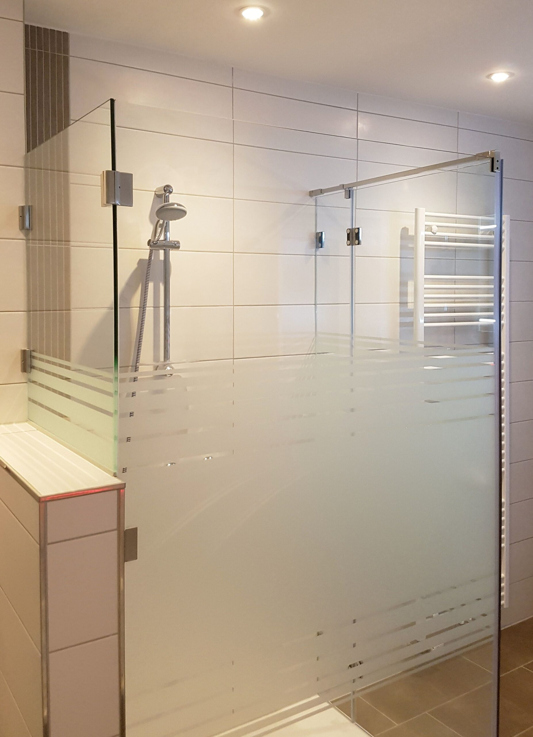 Full Size of Glaswand Dusche Aus Glas Mit Satiniertem Glasmuster Und Verkrztem Bodengleiche Duschen Begehbare Fliesen Eckeinstieg Siphon Moderne Walkin Thermostat 90x90 Dusche Glaswand Dusche