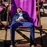 Liegestuhl Aldi Ein Junger Mann Der Schlft In Einem Bergrossen Garten Relaxsessel Wohnzimmer Liegestuhl Aldi