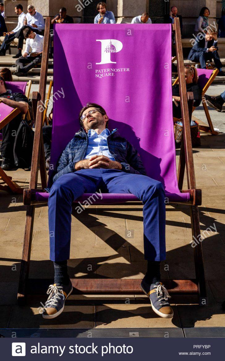 Medium Size of Liegestuhl Aldi Ein Junger Mann Der Schlft In Einem Bergrossen Garten Relaxsessel Wohnzimmer Liegestuhl Aldi