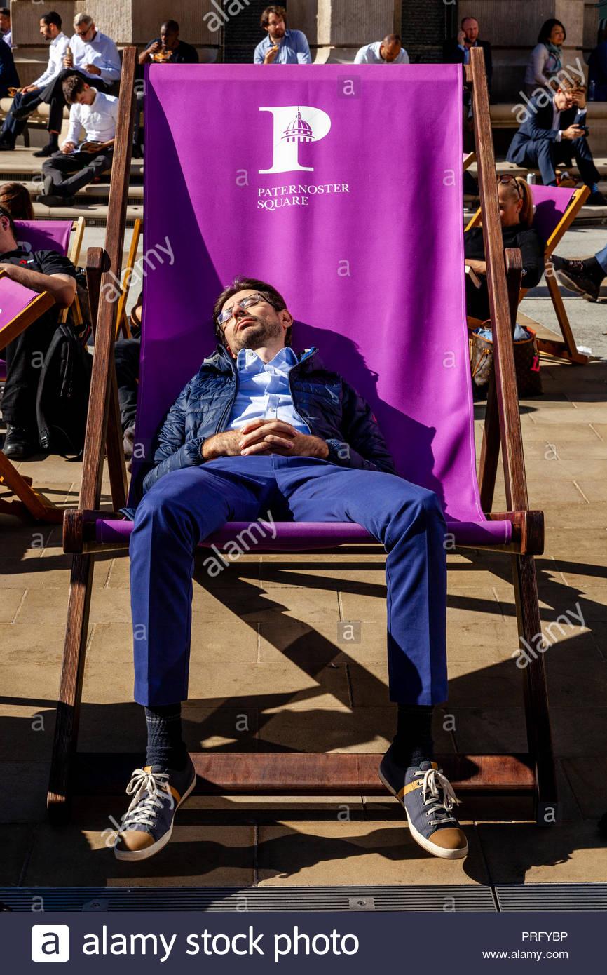 Full Size of Liegestuhl Aldi Ein Junger Mann Der Schlft In Einem Bergrossen Garten Relaxsessel Wohnzimmer Liegestuhl Aldi