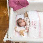Mädchen Portrt Von Niedlichen Baby Mdchen Schlafen Im Mit Bett Betten Wohnzimmer Kinderbett Mädchen